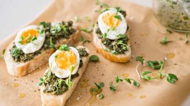 Zlim recept: toast met zelfgemaakte pesto en ei